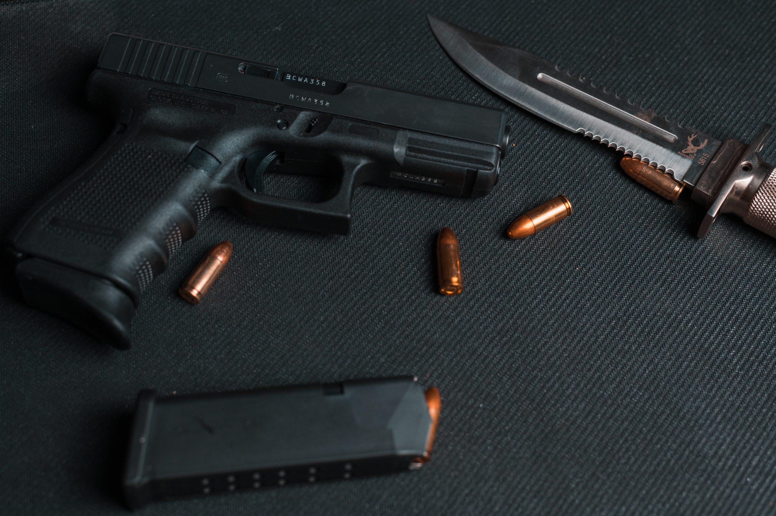 Waffen und Messer auf schwarzen Hintergrund